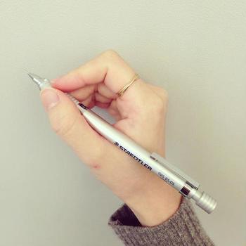 ドイツ・ニュルンベルクに本拠を置く、製図用の筆記具メーカー「STAEDTLER(ステッドラー)」。そのプロ仕様の製図用シャープペンで仕事をしませんか。なかでもおすすめはシルバーシリーズ。ツヤ感はマットにおさえられていて、洗練されている印象。