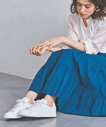 adidas(アディダス)のロングセラーモデル「STAN SMITH」は、年齢問わず履ける名作らしい洗練された佇まいが魅力。シュータンとヒール部分のブランドロゴまでホワイトで統一された爽やかな一足は、マニッシュなコーデにもフェミニンなコーデにもすんなり溶け込みます。