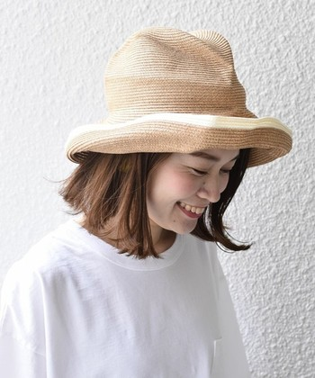 もっと帽子を被ることがあたりまえになってほしいという想いのもとに生まれた日本のブランド「mature ha. (マチュアーハ)」。柔らかな素材感で被り心地も良く、これひとつでコーデがグッと垢抜けます。くしゅっと折り畳めるので持ち運びにも便利。