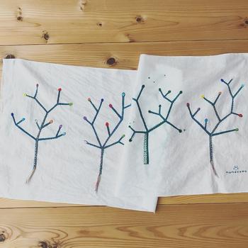 もともと柄のある布にアレンジするのも素敵ですね。何気ない市販のアイテムが、オリジナルの作品に仕上がるので、慣れてくると何かを買うときに、「あ、これに刺繍したいな」と思うかもしれません。