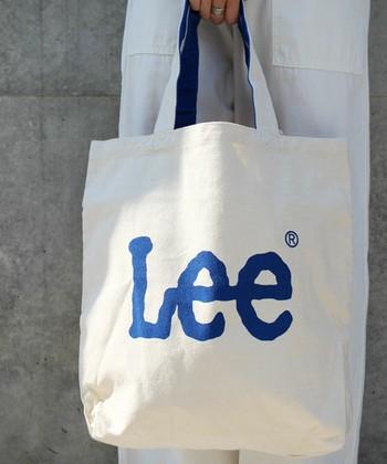 幅広い年齢層に大人気のデニムブランド「Lee」のロゴが、両面に大きく入ったトート。大人のカジュアルコーデに遊び心をプラスしてくれるバッグは、普段使いにぴったりです。たっぷり入る大きめサイズですが、小物を収納できる内ポケット付きで便利。外側にも可愛らしいデザインのポケットが付いています。