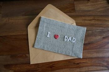 布にメッセージの文字や絵を刺繍するとこんなにほっこりしたカードになります。飾っても絵になるけれど、コースター代わりにどんどん使ってもらえたらいちばん嬉しいですね。  30代、40代、50代・・・ 世代を選ばない、色々な用途がありそうな手作りカードなので、作り方を覚えておくと良さそうです。