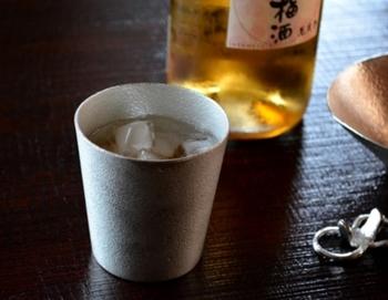 「能作」の本錫製タンブラーは、その熱伝導率の高さから、冷蔵庫に入れれば、長く待つことなく冷えた飲み物が頂けます。タンブラーの「錫」が、お酒や水をまろやかにしてくれ、ビールの泡もきめ細やかに立つのだとか。  お茶やアイスコーヒー・焼酎なども美味しく頂けるそう。