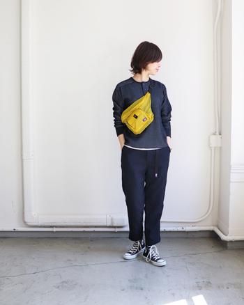シックなブラックトーンにカラフルなイエローのバッグをプラスする事で、遊び心のあるカジュアルコーデに。小さいながらも収納力抜群のバッグは、両手が使えて便利なところもgoodです。