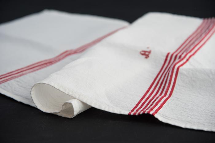 こちらはシャリ感が特徴の麻素材の布巾。吸水性が良く、使い込むほどに風合いが増し、ガラス器を磨くには適した素材です。
