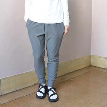 トランクションリブパンツは、軽量でありながら肉厚なので、ジョガーパンツ感覚で履いてもOK。シルエットがキレイなので美脚効果もありますよ。