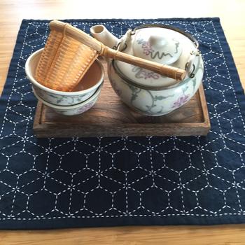 こちらは布巾に「刺し子」と呼ばれるステッチを施した物。こんな風にティーマットとして使えば、おもてなしにもぴったりですね。