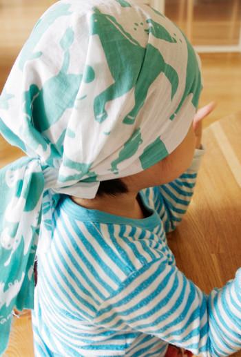 ポップな動物柄の手ぬぐいを帽子代わりに。汗っかきのお子さんでも、ざぶざぶ洗えて清潔に使えます。大判のスタイにしたり肌寒い時は子供用のケープやマフラー代わりにもなり、ママのバッグに一枚入れておくと何かと重宝します。