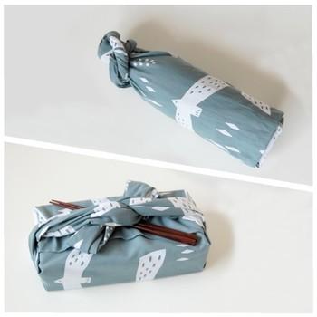 手ぬぐいは、タオルやハンカチのような用途だけではなく、風呂敷やバンダナのような使い方も。一つの道具を色々な用途で使うのは日本人の得意技です。