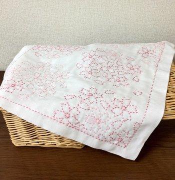 インテリアクロスに使っても素敵な刺し子の布巾。華やかな見た目から「花ふきん」と呼ばれる事も。隙間時間に針を持って、心を休める時間にするのもおすすめです。