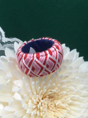 指ぬきといえば、最近は色糸で鮮やかな模様を描く加賀指ぬきが人気ですね。裁縫道具として使うのはもちろん、ペンダントトップやキーホルダーのチャームなどに使われる事もあります。