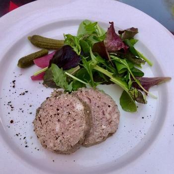 丸い形が特徴の「パテドカンパーニュ」は、お肉の旨みに黒胡椒のピリッとしたアクセントが大人な味わい。冷たいワインと一緒にいただけば、フランス旅行をしているような気分が味わえそう。