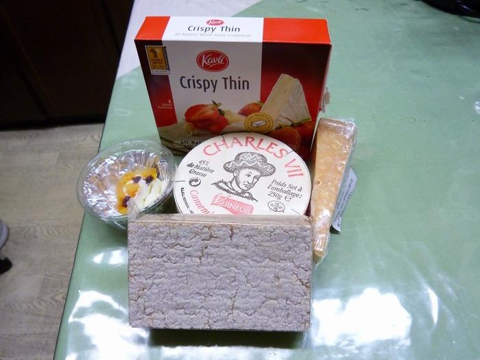 ドライフルーツの混ざったクリームチーズやカマンベールチーズ、ハード系のチーズなどが入ったセットは、ギフトにもおすすめ。ホームパーティーの手土産にしたら喜ばれそう。