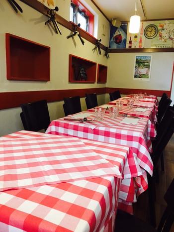 赤と白のクロスがかわいらしい店内。壁も赤と白でコーディネートされていて、女性のお客さんが多いのも納得です。