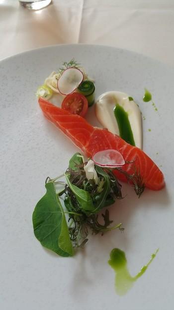 新鮮な素材に拘るシェフが生み出す数々のメニューは、苺の中にフォアグラが入っていたり、春菊のソルベがあるなど、予想を超える食に出会えます。レディースランチコースは、ファーストドリンク付きなのも嬉しいです。 こちらの前菜「サーモンのグラブラックス 根セロリのクーリー」は、肉厚の生サーモンに根セロリがアクセント。