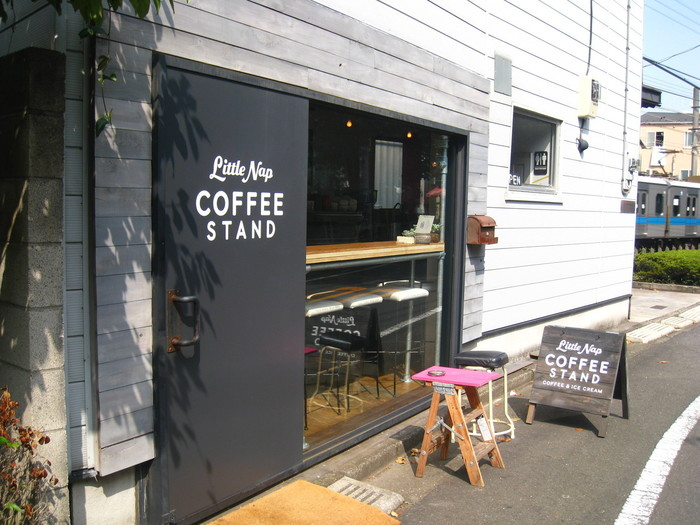代々木八幡駅より徒歩5分の場所にある「Little Nap COFFEE STAND(リトルナップ コーヒースタンド)」。アメリカの都会的な雰囲気を感じるロゴが描かれた看板が目印です。