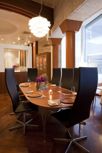 """北欧家具を配した空間は、スタイリッシュでありながら温もを感じます。""""モダン・ノルディック・キュイジーヌ""""をコンセプトにしたお料理は、伝統的な北欧料理にフレンチの技法を取り入れ神秘的で独創性に溢れています。"""