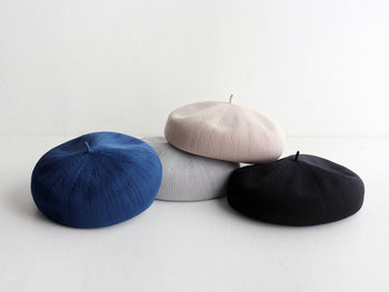 オールシーズン着こなしに取り入れたい「ベレー帽」。夏素材と冬素材で、季節ごとに常備する女性も多いアイテムです。暑い時期にも通気性が良い素材を選べば快適。ヘアアクセサリーのようにコーディネートにアクセントを添えてくれます。