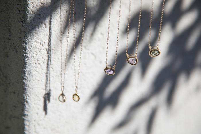 透明度の高い希少な非加熱サファイアを使用したネックレス。サファイアの形に合わせて、一つ一つ石枠を作られているので、形も様々。いつまでも眺めていたくなるような、美しいカラーが魅力です。
