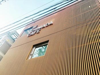 牛込神楽坂駅から歩いて7~8分の路地裏、見番横丁のすぐそばにある「シマダカフェ神楽坂」。個性的な外観のビルの3階にカフェがあります。