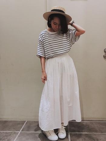 ボーダーTならスカート合わせもお手のものです。白を基調にコーデを組めば夏の暑さが吹っ飛ぶほど爽やかな装いになりますね。帽子のほかにスカーフなどでポイントをつくるのもおすすめです。