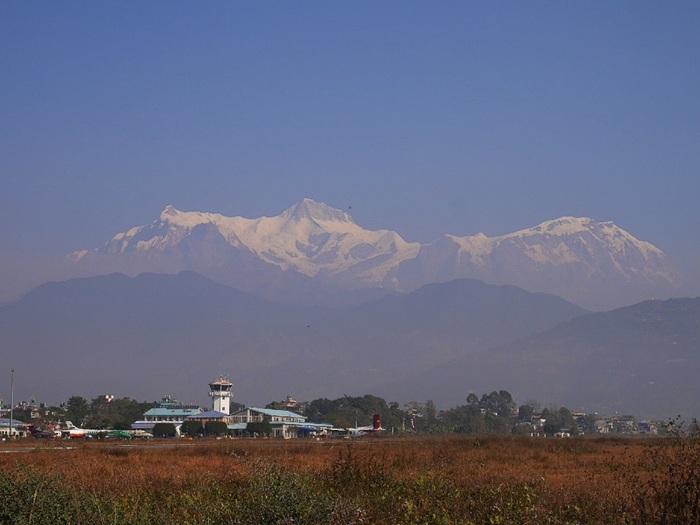 ネパールのほぼ中央部に位置するポカラは、ヒマラヤ山脈・アンナプルナ連邦麓に抱かれた都市です。標高800メートルの街中からは、雄大なアンナプルナ連邦を見渡すことができ、観光だけでなく、トレッキングの拠点としても人気がある街です。
