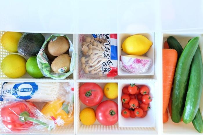 野菜室は100円ショップなどで打っているカゴで区切って、種類ごとに区別して入れておきましょう。野菜がしなびたり色が変わり始めたりしていないかの鮮度チェックが簡単になるうえに、ひと目でどの野菜があるか分かるので、使い忘れも防げますよ。