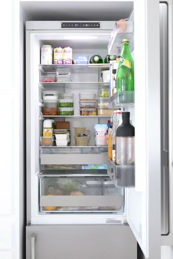 冷蔵庫の中はドアを開けた瞬間に、ひと目でどこに何があるかわかる状態にするのがベスト。食品のカテゴリーごとに場所を分け、保存食品は透明のキャニスターに入れると残量が分かりやすくて便利です。