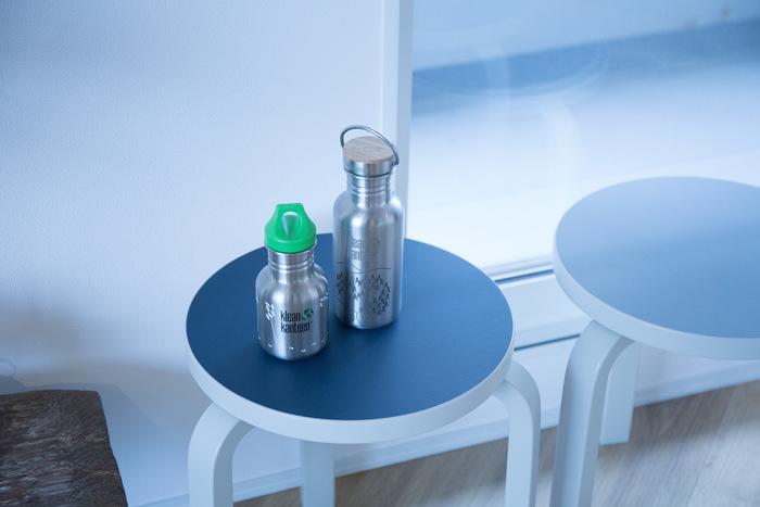 保温性・清潔性・堅牢性、3拍子揃った「KleanKanteen/クリーンカンティーン」のウォーターボトル。SUUの別注デザインは、ナチュラルなイラストが描き込まれ、どんなシーンにも馴染みます。蓋のトップにバンブーをあしらった「リフレクト」と、コンパクトな「キッズ」があります。