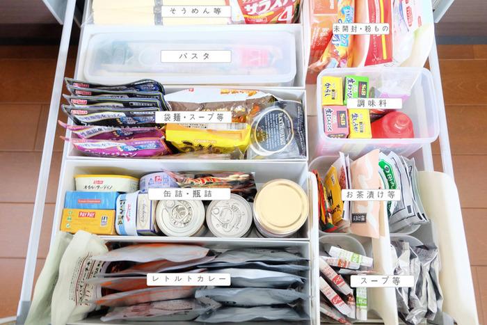 ふりかけやレトルト食品などの常温で保存する食品は、箱から出して区分して収納しておくと◎使いたい時に箱をあける手間が省け、さっと取り出すことができます。在庫量の確認も楽チンです。