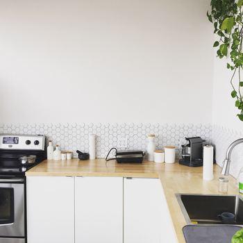 使い勝手のよいキッチン収納のアイデアをご紹介しました。収納は見た目をすっきりさせるだけでなく、キッチンに立つ時間を短縮できるメリットもあります。ものを取り出す際に1アクションでも減らすことができれば、日々のお料理もきっとはかどりますよ♪
