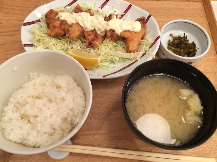 宮崎県の定番郷土料理「チキン南蛮」は、甘酢に漬けたチキンと自家製タルタルソースがボリューム満点。こってりしていそうですが、甘酢に漬けることで意外にもさっぱりといただけます。