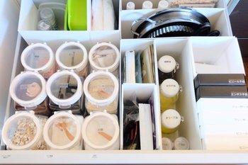 キッチン下は大容量の収納庫。お料理をしながら、ほとんど動くことなく必要なものが取り出せる場所です。ケースやファイルボックスなどをうまく使って、取り出しやすい収納を目指しましょう!