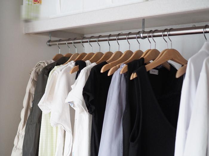 お出かけ前にアイロンをかける時間があればそれが一番ですが、普段からシワが付かないように工夫したい場合は、ハンガーにかけて収納するのがオススメです。見た目がすっきりして、着たい洋服をサっと取り出せるというメリットもありますよ。