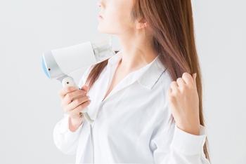 """毎朝のスタイリングを楽にするには、寝る前に髪の毛をしっかり乾かすのが重要です。ポイントは""""根元にドライヤーを当てること""""。低温で丁寧に乾かすと、髪の乾燥を防ぐことができますよ。"""