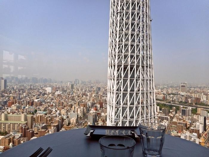 大きな窓から差し込む光が気持ちの良い店内。窓からはスカイツリーと東京湾が見えます。数あるソラマチのレストランの中でも、この2つが一度に眺められるのはここだけ。ソラマチで記念日デートするなら、ここでランチを楽しむのもステキです。