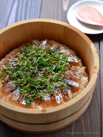 刺身用の「アジ」を使って、手軽に作れてしまう「アジの手ごね寿司」。  酢飯も作らずにすみ、前日などにアジを漬けおきして、食卓に出す直前にあたたかいご飯にのせていくだけなので、当日忙しくても大丈夫。それでいて豪華に見えちゃいます!
