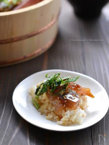 寿司桶のごはんの上にアジを並べる時は、「放射状」に並べると綺麗に見えます。  その上に大葉などの「青味(あおみ)」をのせれば、彩りも香りもよく、さわやかな清涼感が出ますね。