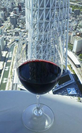 自然派ワインから高級ワインまで、250種類以上用意されているワイン。もちろんグラスワインもたくさんあるので、絶景を眺めながらゆったりといただいてみては?