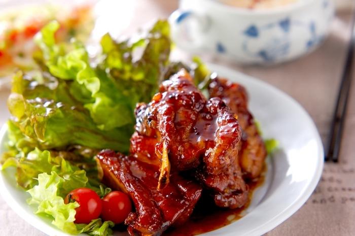 たまには食べたい、「がっつりお肉料理」。お肉が大好きなお父さんには、「スペアリブのママレード煮」はいかがでしょうか。  焼いてから「ママレードと醤油・にんにく」を加えて煮込めば、こっくりと甘辛のスペアリブが出来上がります。満足感たっぷり!