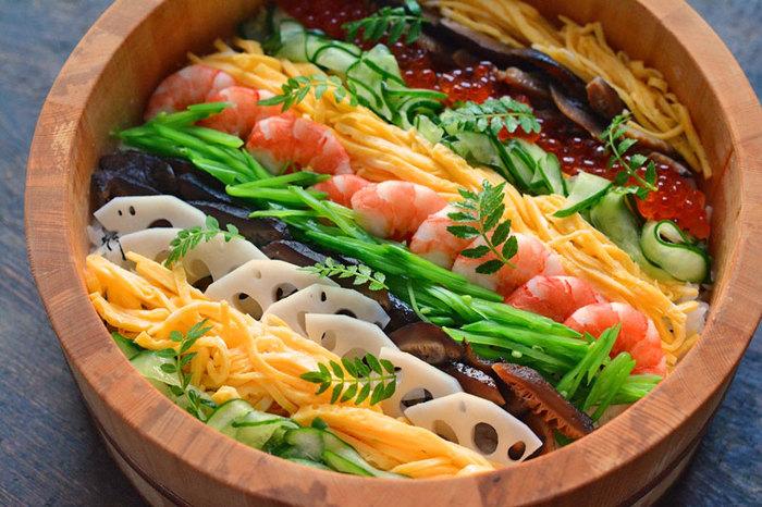 わあっと食卓に歓声が上がりそうな、美しいちらし寿司ですね。  「平らなお皿」には、高さをつけてふわっと盛りつけ、「寿司桶」などに盛る時は、均等な高さにぎゅっとつめると美しく見えます。 上にのせる具は、「どの色をどの順番に並べるか」あらかじめ考えてから盛りつけをするのが失敗しないコツなのだとか。