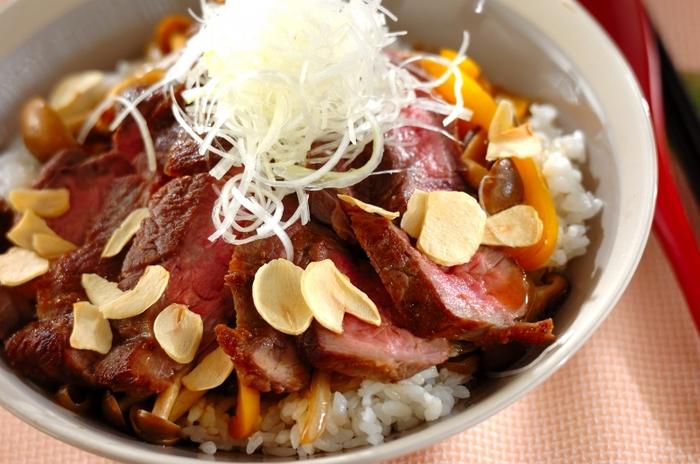 同じく、お肉の好きなお父さんにおすすめの「和風ステーキ丼」。  お肉やしめじを焼いて、白髪ねぎをあしらって……フライドガーリックの香りが、なんとも食欲をそそります。
