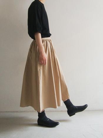 後ろがゴムになっており、中にアジャスターもついてるので、ウエストがもたつくことなく、すっきりと着こなすことができるコモレビスカート。ふんわりとしたシルエットが美しいので、色違いで欲しくなってしまいます。