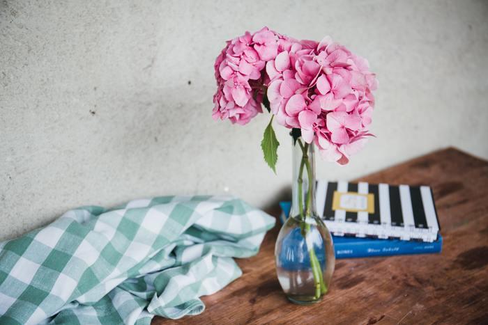 お気に入りの一輪挿しに、何気ない花を挿す。たったそれだけで、空間は優しく和みの空間に… 庭先に咲く花、摘んできた野の花、大好きな花…その日の気分で、花のある暮らしを楽しんでみませんか♪
