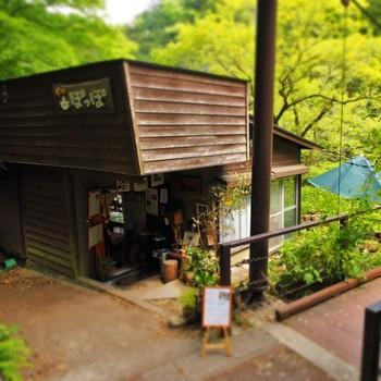JR青梅線鳩ノ巣駅から徒歩7分のところにある「ギャラリーぽっぽ」。 素朴なたたずまいと、優しい雰囲気の看板が目印の可愛らしいお店です。