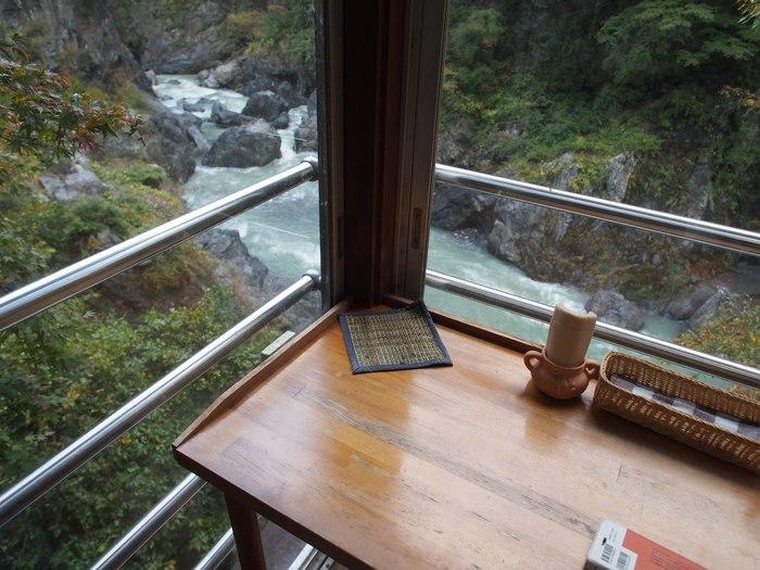 店内には鳩ノ巣渓谷を一望できるカウンター席があります。混んでなければ、是非この席で絶景を楽しんでください。