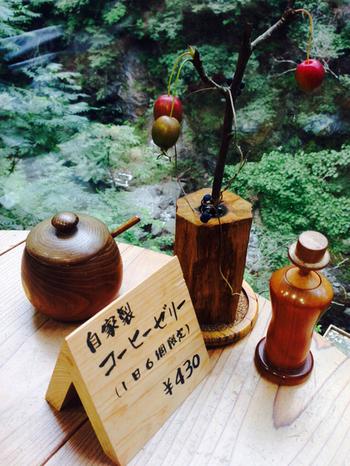 「カフェ せせらぎ」はなんと檜原村役場の中にあります。 景色はもちろん木のぬくもりを感じられる家具やインテリアがあって、とても役場の中とは思えません。