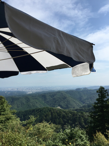 「十一丁目茶屋」は高尾山の中腹、リフトを降りたすぐそばにあるので、山登りの休憩ポイントとしてもぴったりです。 山頂とはまた違った景色が楽しめます。