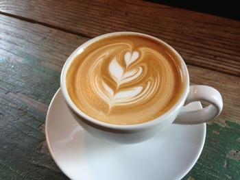 ラテアートが素敵なカフェラテはこのお店の定番。他にも、カプチーノやアメリカーノなどもありどれも毎日飲みたくなるような美味しい味わいばかりです。