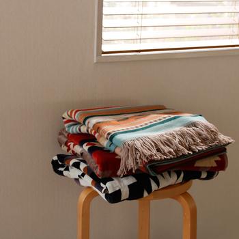 ふいに陽が陰ったときや水遊びの後など、温度調節にさっと羽織れるブランケットが1枚あると安心です。幾何学的でフォークロアなデザインが特徴の「PENDLETON/ペンドルトン」のタオルブランケットは肌触りもよく、普段でもくるまってお昼寝したくなりそうです。